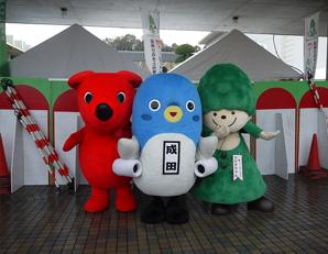 成田市産業まつり。3人そろって、はいポーズ