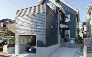 鮮やかなブルーの外観に白い窓が映える、憧れのガレージハウス